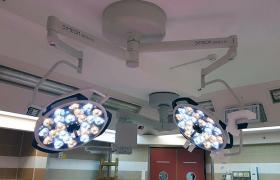 מנורת ניתוח דו ראשית בצבע משתנה בית חולים סורוקה